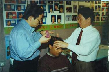 赵章光院长为国外脱发者治头发