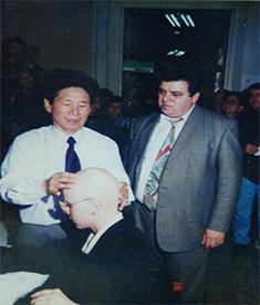 赵章光院长为国外脱发者提供咨询